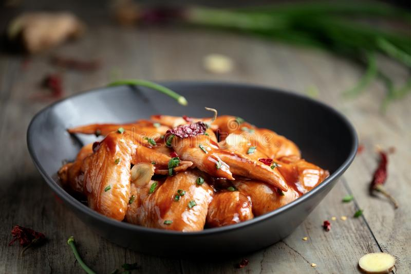 Asas de galinha postas de conserva cruas para o BBQ, com cebola verde e seco com referência a imagem de stock royalty free