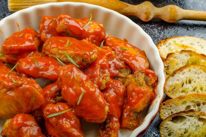 Asas de galinha quentes, souce do habanero, salada imagem de stock royalty free