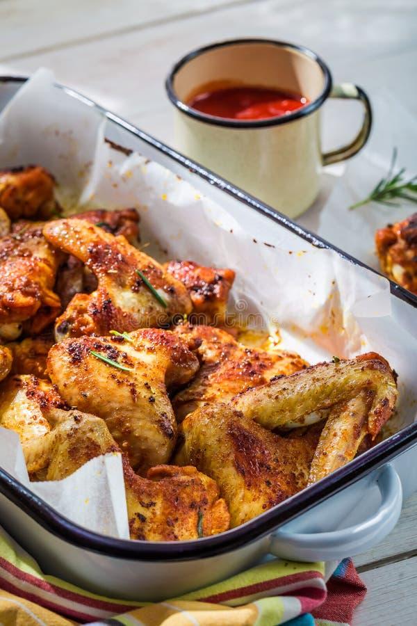Asas de galinha Roasted com molho de assado fotografia de stock royalty free