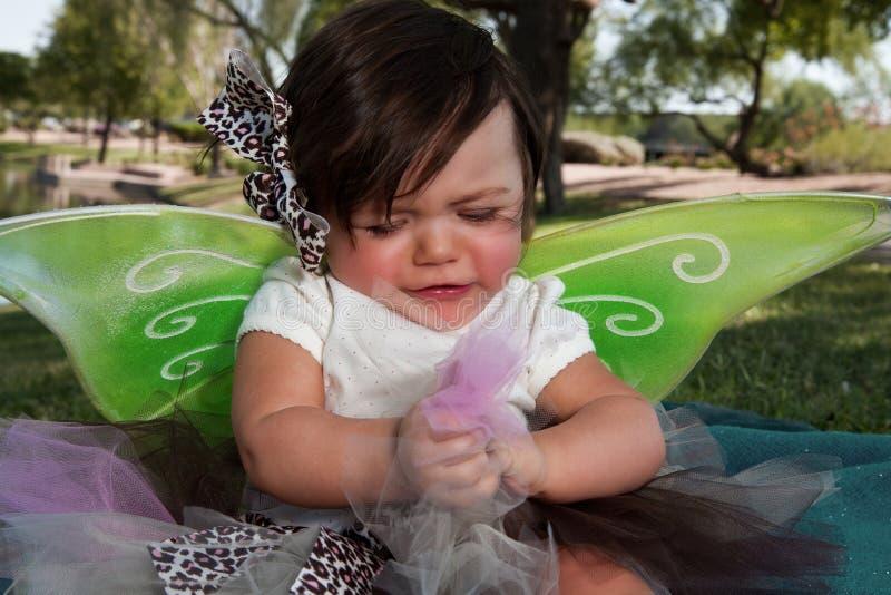 Asas desgastando do bebé triste fotografia de stock