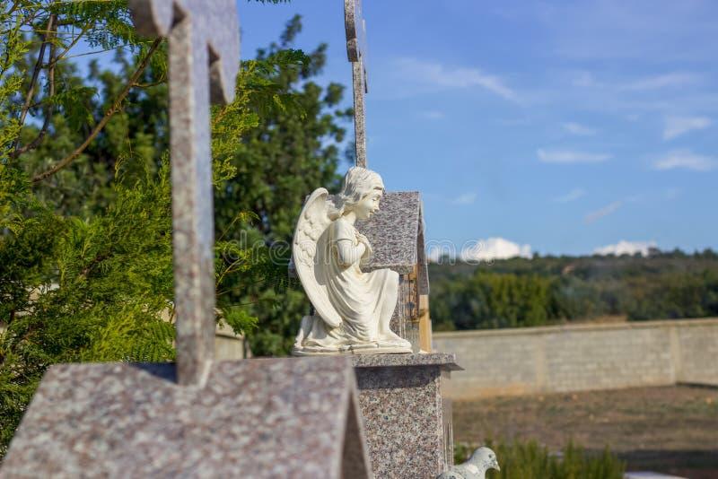 Asas do anjo na lápide imagem de stock