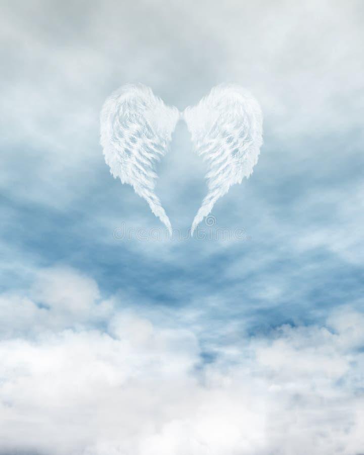 Asas do anjo no céu azul nebuloso ilustração stock