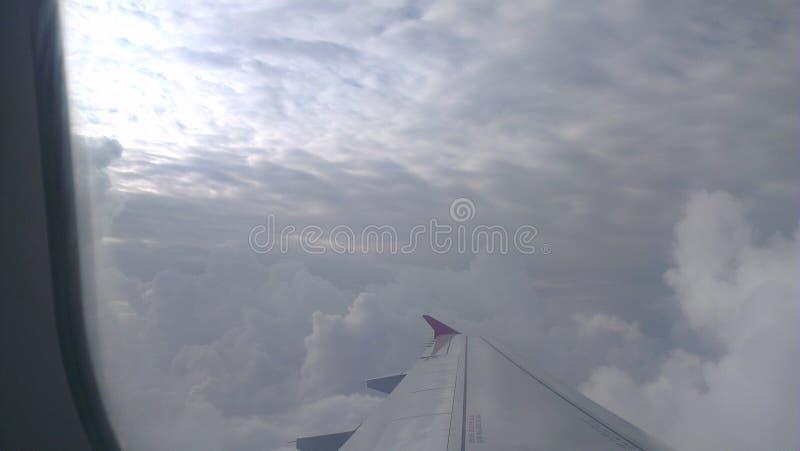 Asas do voo das nuvens do céu foto de stock royalty free