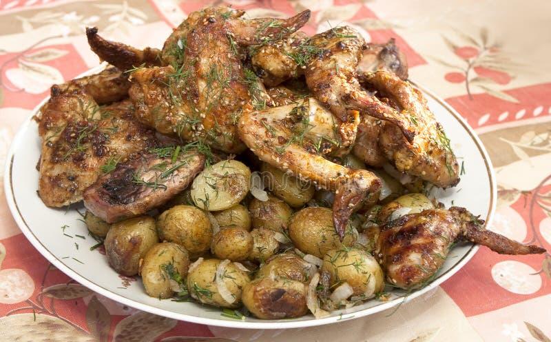 Asas e batatas do BBQ da galinha foto de stock