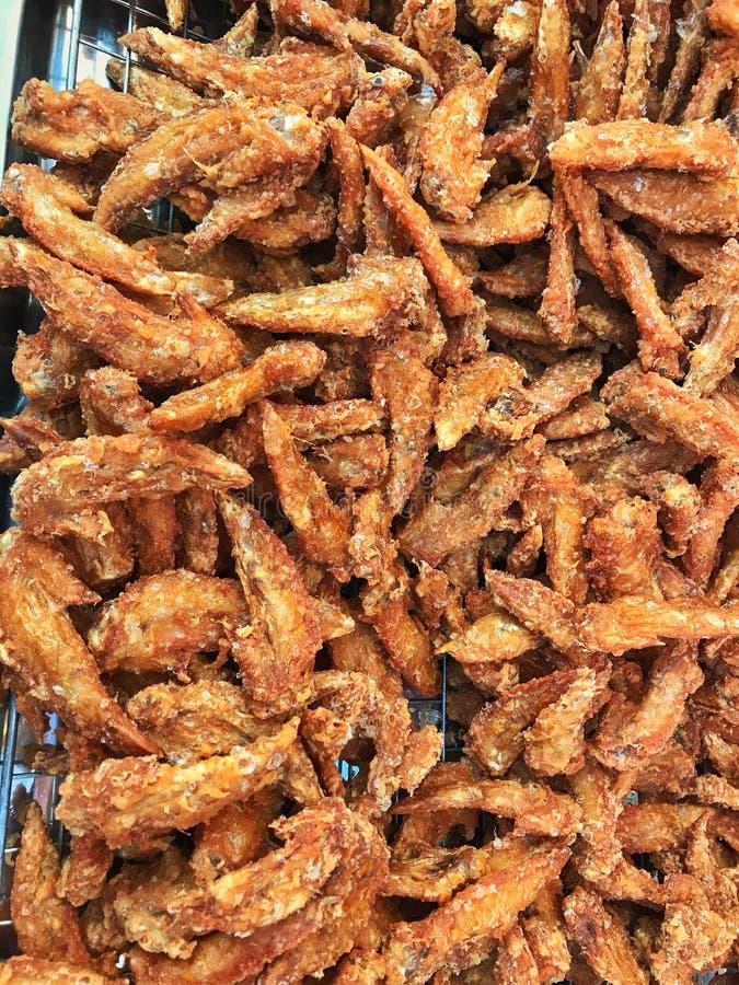 Asas fritas de frango fritas e espinhosas no tabuleiro de restaurantes fotografia de stock royalty free