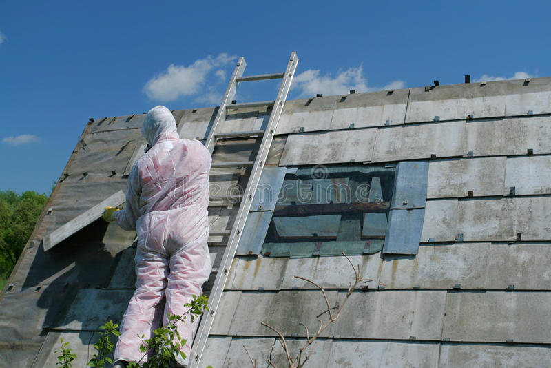 asbestborttagningsarbetare arkivbild