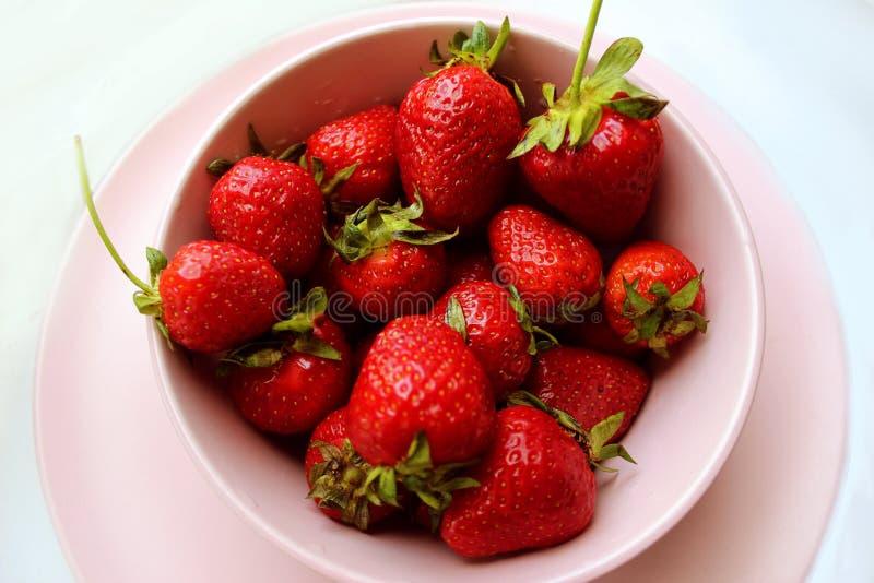Ascendente cercano de la fresa Las bayas rojas de la vitamina fresca adietan la comida sabrosa del verano vegetariano fotografía de archivo libre de regalías