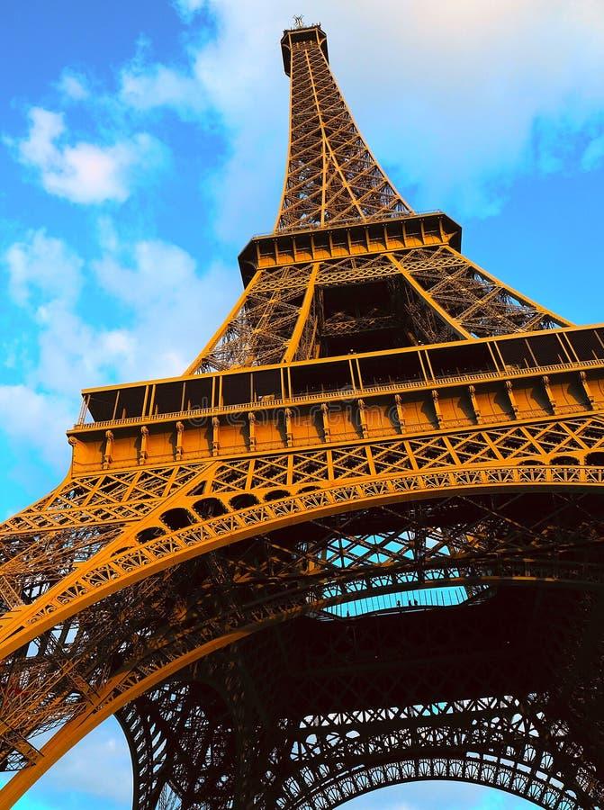 Ascendente cercano de la torre Eiffel, París, Francia imagen de archivo