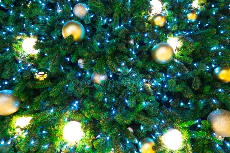 Ascendente cercano del árbol de navidad y de la luz fotos de archivo