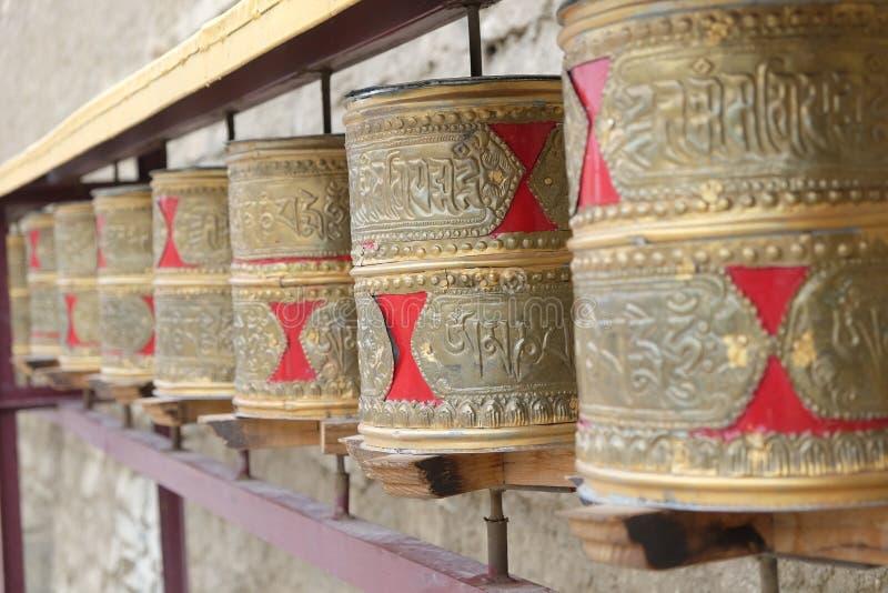 Ascendente fechado as rodas de oração budistas no templo imagens de stock royalty free