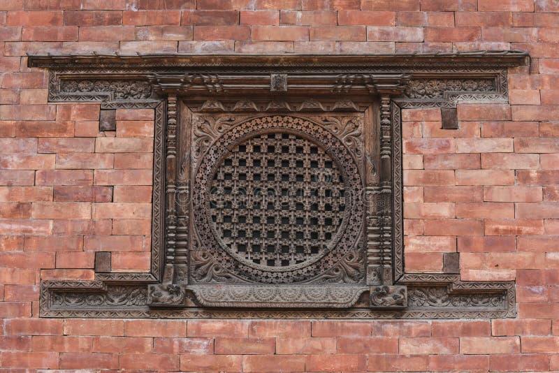 Ascendente fechado a janela de madeira tradicional em Paktaphu, Nepal fotos de stock royalty free