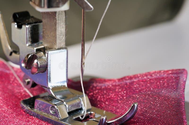 Ascendente próximo da máquina de costura foto de stock