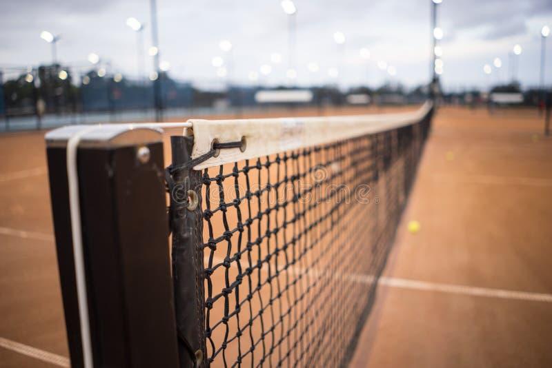 Ascendente próximo da rede e do cargo do tênis fotos de stock royalty free