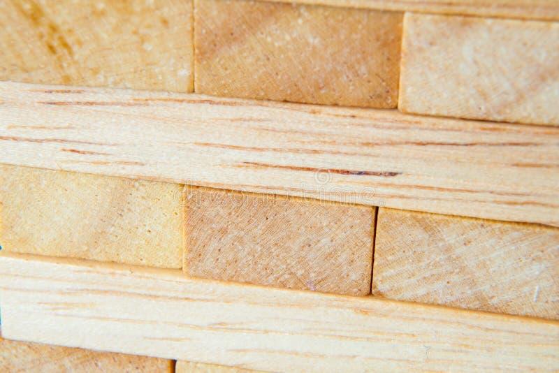 Ascendente próximo de madeira do jogo ou do jenga dos blocos foto de stock