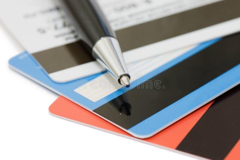 Ascendente próximo do cartão e da pena de crédito imagem de stock