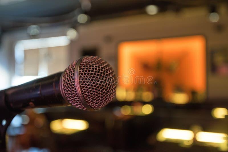 Ascendente próximo do microfone imagens de stock