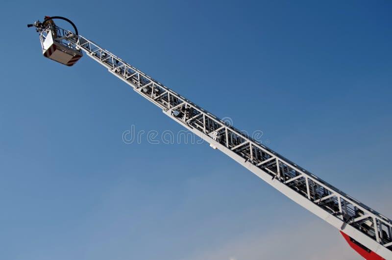 Ascenseur de camion de pompiers dans le ciel bleu Éteindre les feux et sauvegarde des personnes photo stock