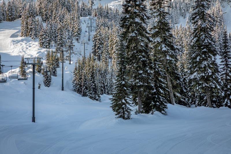 Ascenseur de chaise chez Stevens Pass Mountain Resort un jour ensoleillé clair image libre de droits