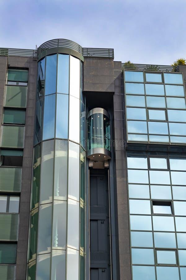 Ascenseur de construction extérieur transparent photos libres de droits
