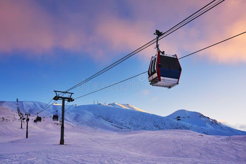 Ascenseur de gondole dans la station de sports d'hiver pendant le début de la matinée images stock