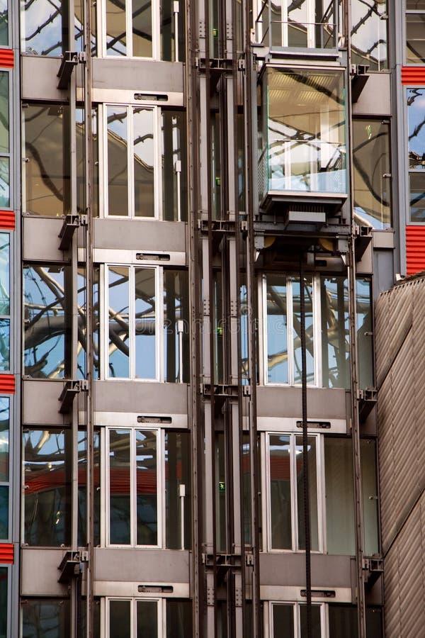 Ascenseur en verre sur la construction images stock