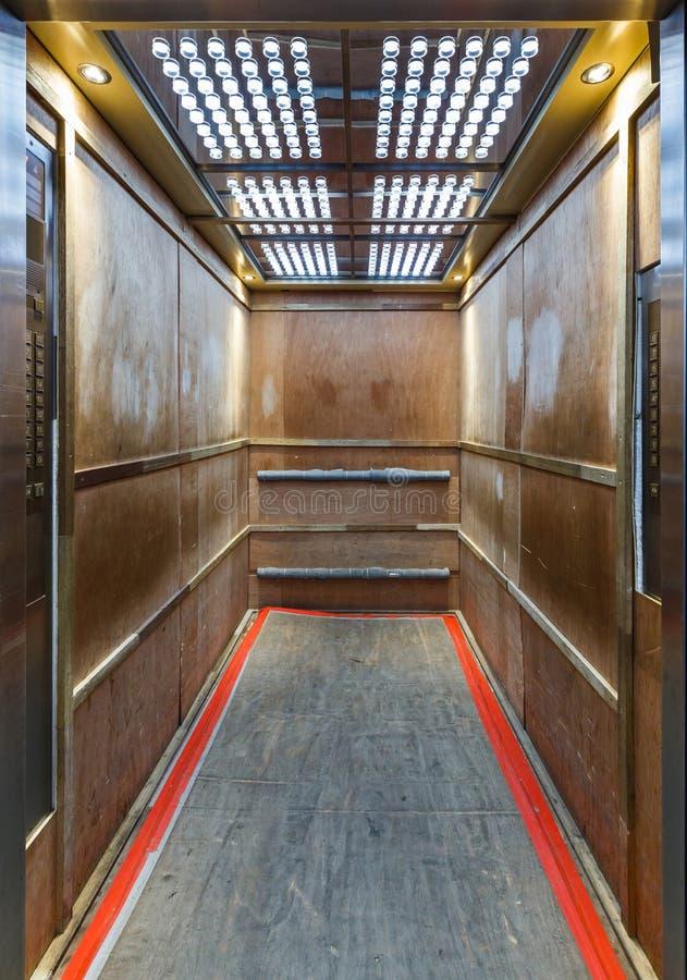 Ascenseur garni à l'intérieur du contreplaqué pour empêcher des éraflures photos stock
