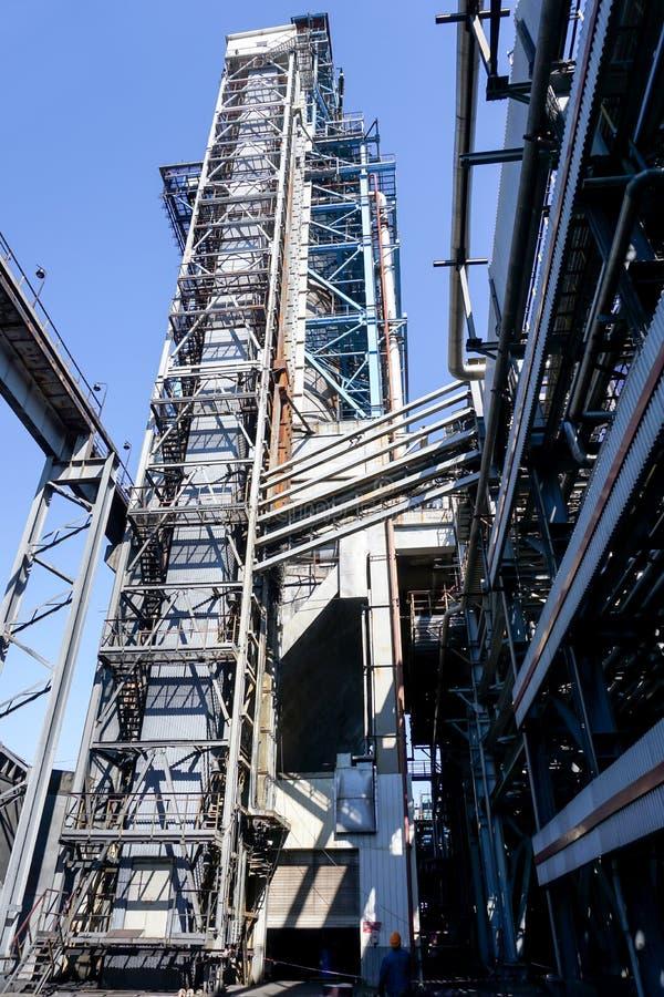Ascenseur industriel de mine au réacteur de processus à une raffinerie en Russie photo libre de droits