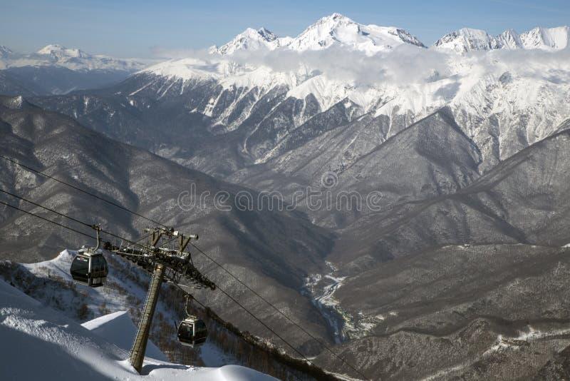 Ascenseur sur de hautes montagnes contre le ciel bleu Une photo de 2019 a été prise à la station de vacances de Sotchi à une alti image libre de droits