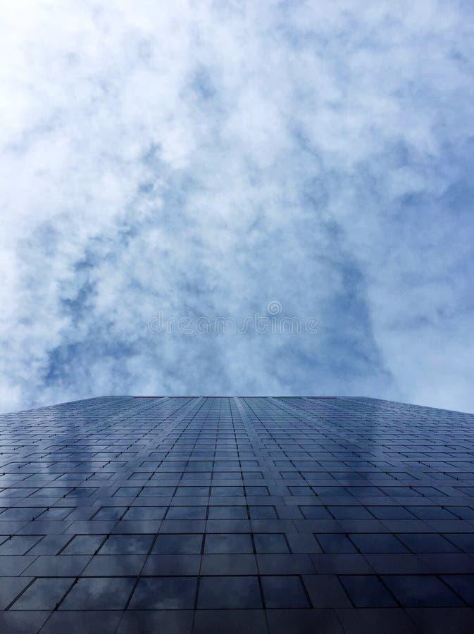 Ascensión constructiva en las nubes foto de archivo libre de regalías