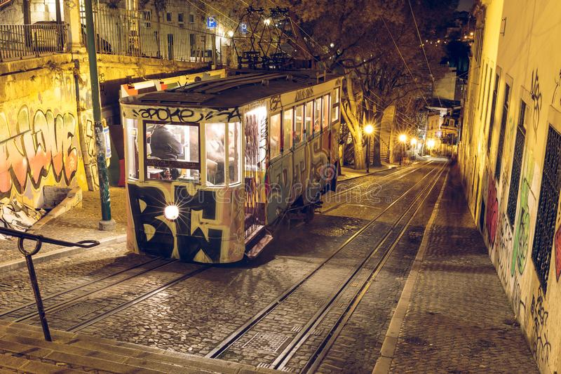 Ascensore della cabina di funivia a Lisbona nella sera fotografia stock libera da diritti