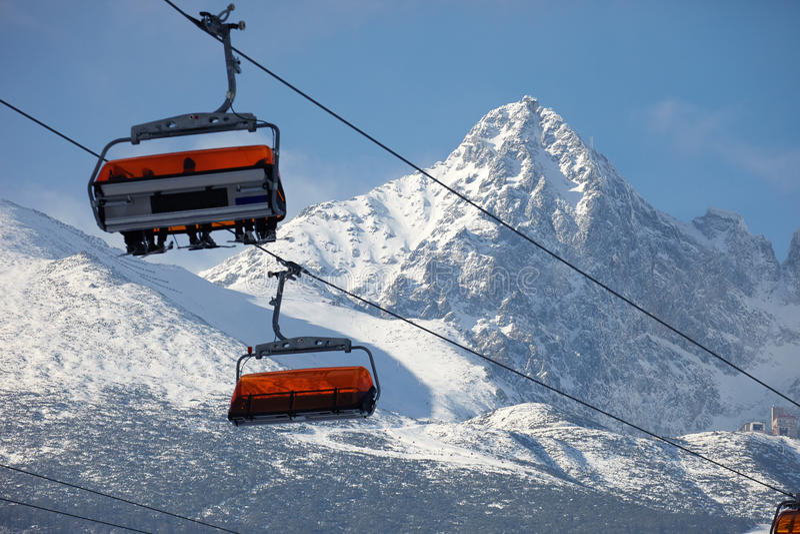 Ascensore della montagna della cabina con gli sciatori fotografia stock