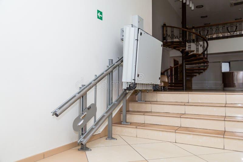Ascensore della scala per il disabile Scale di edificio pubblico immagini stock