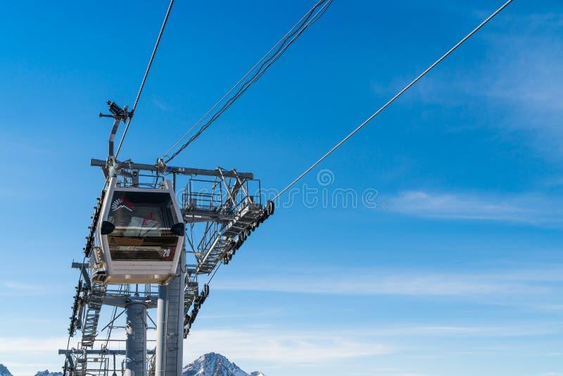 Ascensore di sci della gondola che prende la gente al Elbrus immagini stock libere da diritti