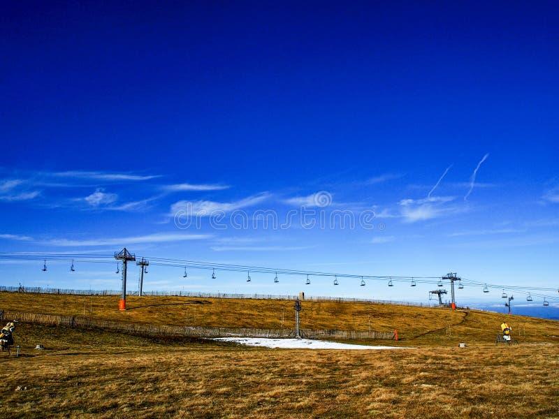 Ascensore di sci senza neve nella stazione dello sci fotografie stock libere da diritti