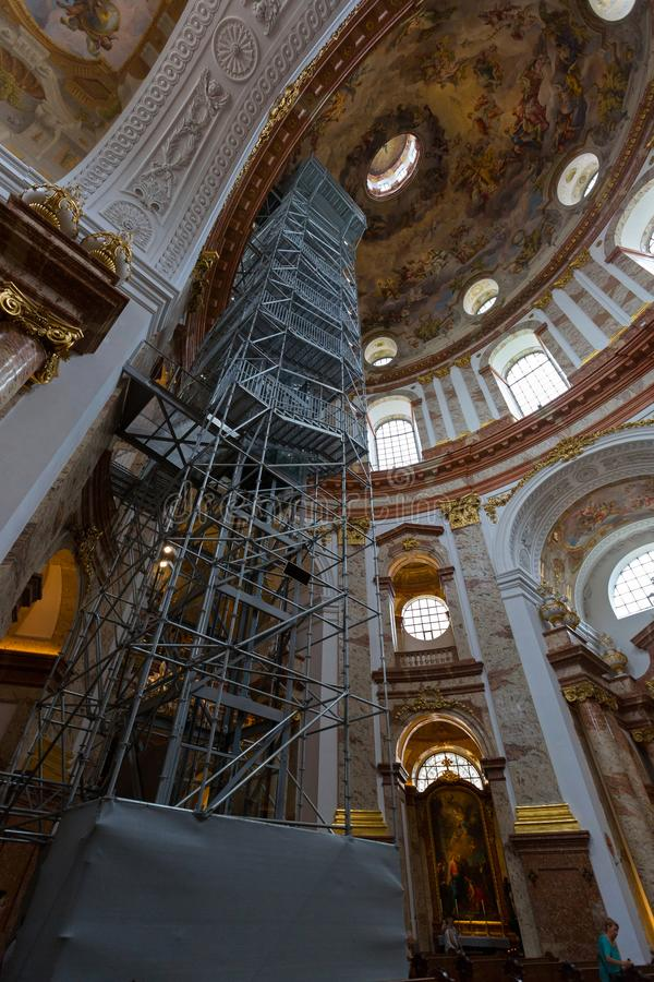 Ascensore, elevatore alla cupola dentro la st Charles Church, Karlsplatz a Vienna, Austria Karlskirche chiamato in Deutsch fotografie stock