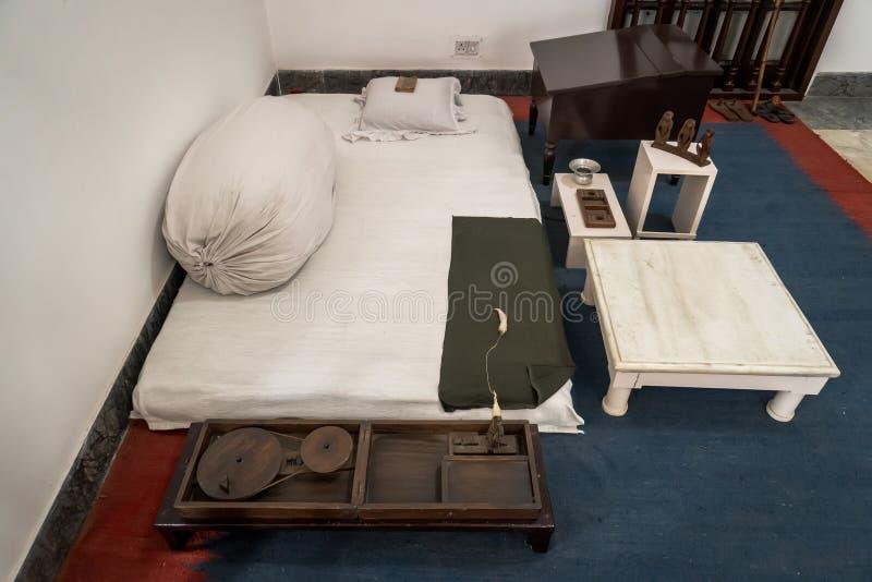 ascetische levensomstandigheden van Mahatma Gandhi in het huis van het Museum stock afbeeldingen