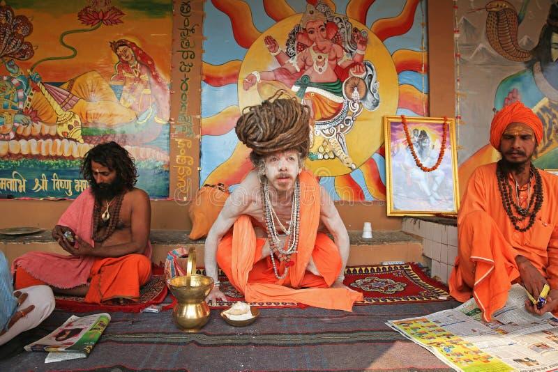 Ascetyczni jogowie Unoszą się Nad ziemią, Varanasi, India fotografia royalty free