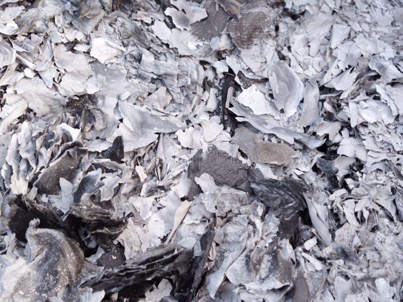 Asche und Asche vom Geistgeldpapier, das für Vorfahr im Chinesischen Neujahrsfest brennt stockfoto