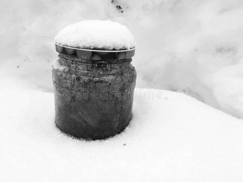 Aschenbecher - Bank mit Zigarettenkippen im Schnee lizenzfreie stockfotos