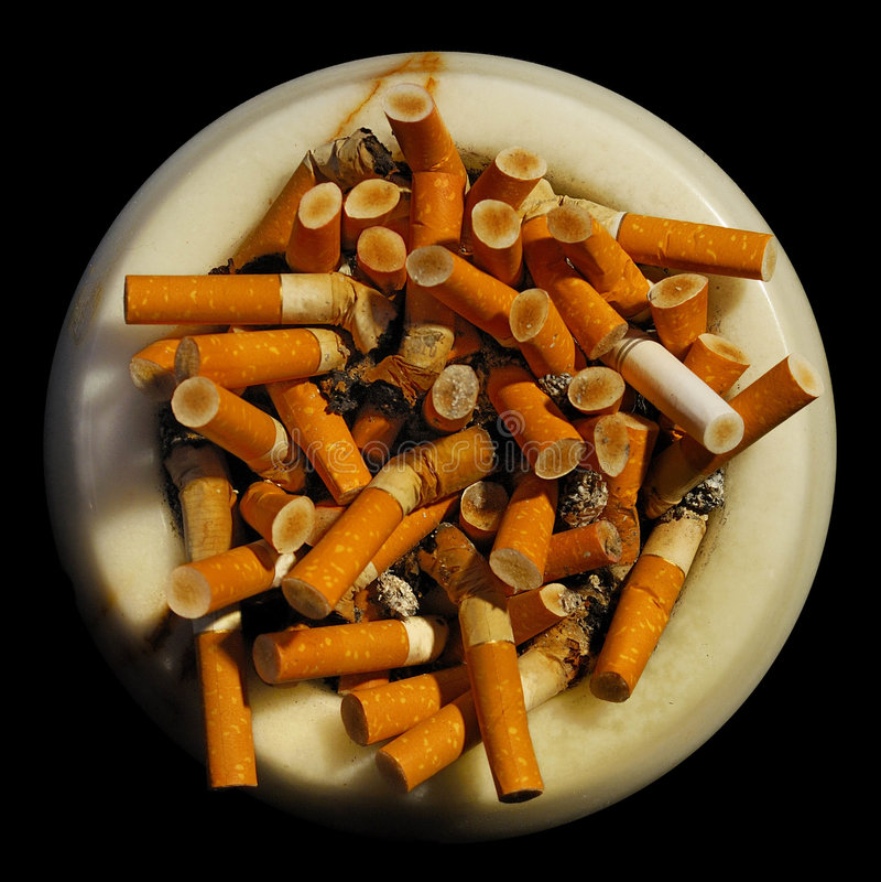 Aschenbecher mit Zigarettenkippen lizenzfreie stockfotografie