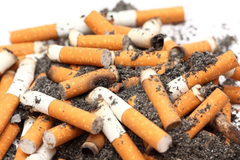 Aschenbecher voll Zigaretten stockfotografie