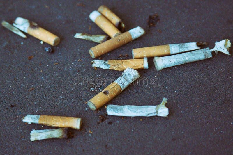Aschenbecher voll Zigaretten stockbild