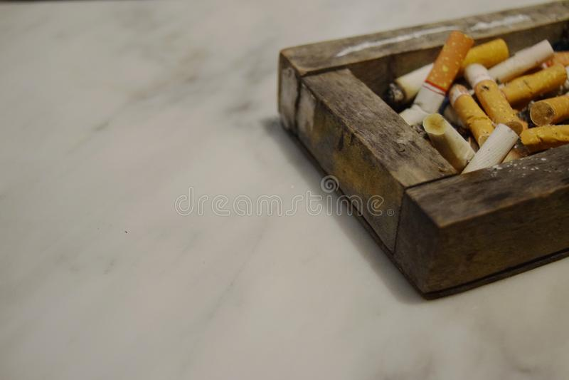 Aschenbecher voll Zigaretten Das Rauchen ist schlecht lizenzfreies stockbild