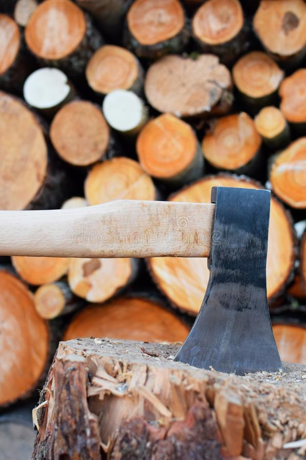 Ascia e legna da ardere d'acciaio fotografia stock