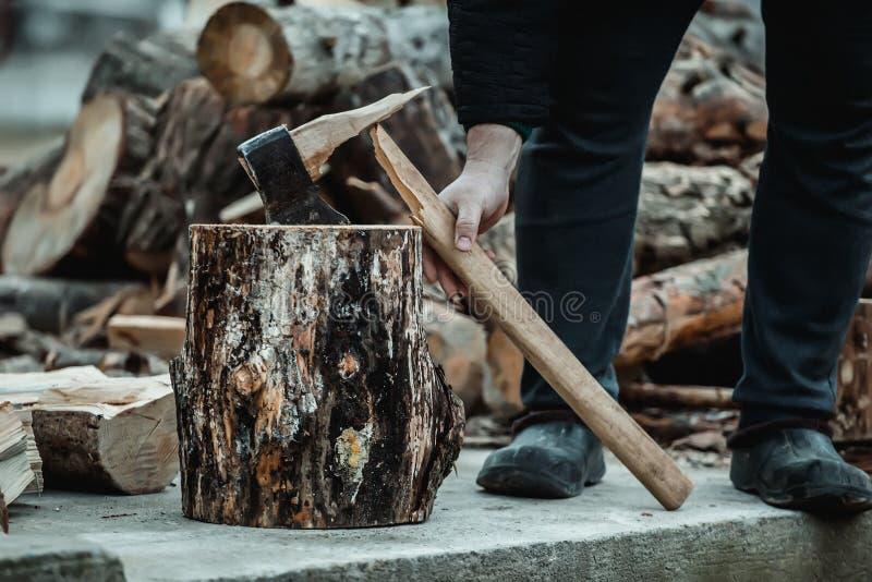 Ascia rotta quando tagliano legno a pezzi Il taglialegna ha rotto lo strumento fotografie stock