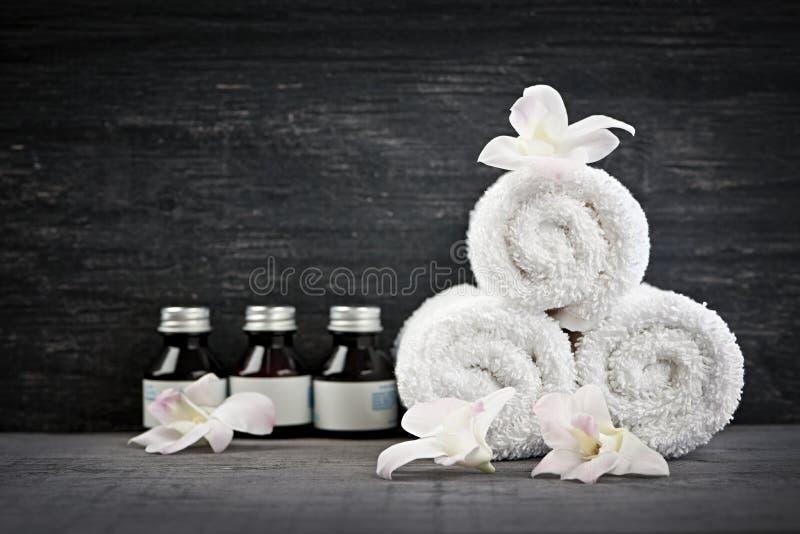 Asciugamani acciambellati e prodotti alla stazione termale fotografia stock