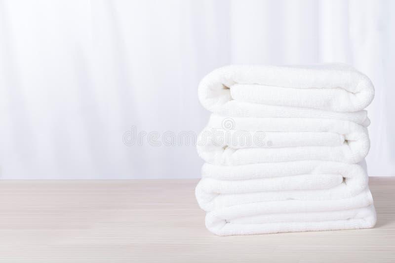 Asciugamani bianchi impilati dell'hotel della stazione termale della peluche fotografia stock libera da diritti