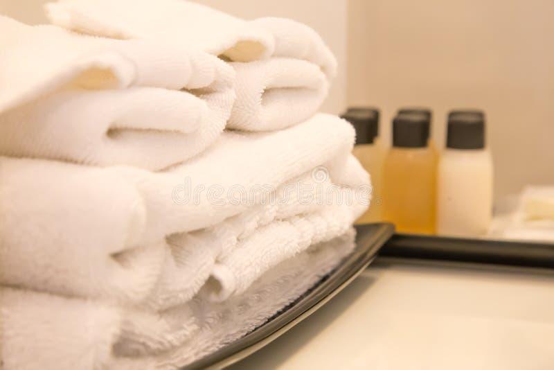 Asciugamani bianchi impilati della stazione termale immagine stock