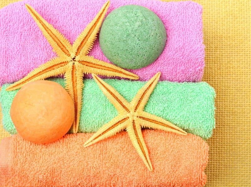 Asciugamani, contenitori di regalo, bombe del sale, stelle marine immagini stock