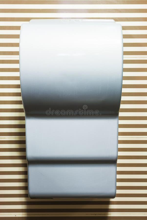 Asciugamani contro la parete spogliata immagini stock libere da diritti